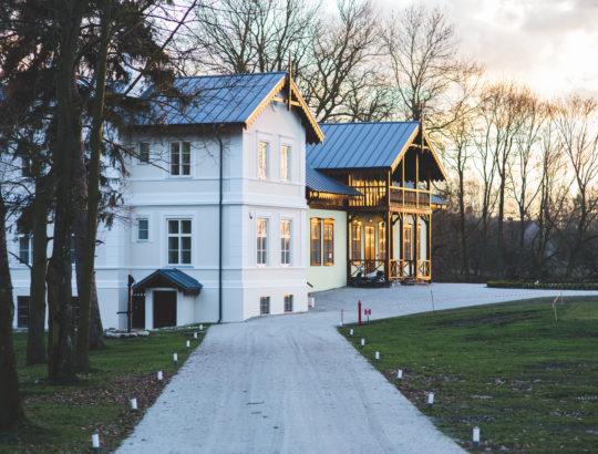 kaboompics.com_Old-luxury-villa-exterior